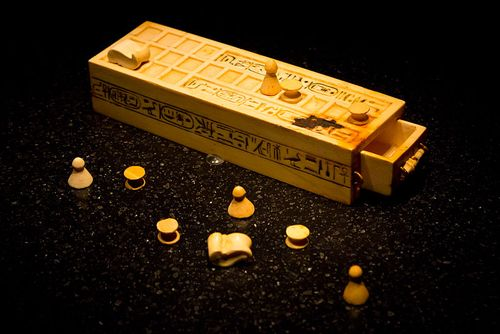 800px-Senet_game_pieces_(Tutankhamun)