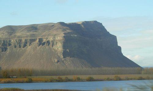 Basalt_Bluff_near_Wanapum_Dam,_WA