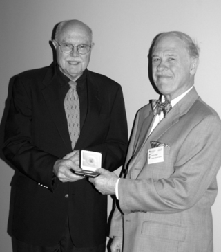 David Lellinger (right), recipient of the IAPT Frans A. Stafleu Medal, receives his award from Dan Nicolson. (Photo by Elaine Haug)