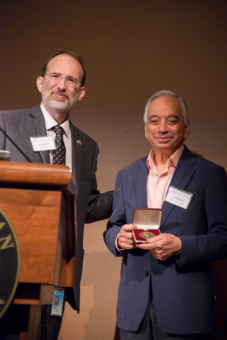 Kenneth Wurdack presents Kamal Bawa with the 14th José Cuatrecasas Medal in Tropical Botany. (photo by Tomas Fer)