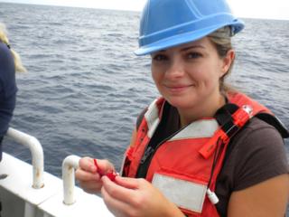 Jamie en cubierta, examinando un pequeño crustáceo, en un crucero en el Atlántico Norte.