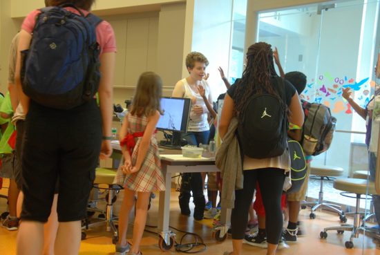 IZ intern Kate Muffet shows children how to feed Cassiopea.